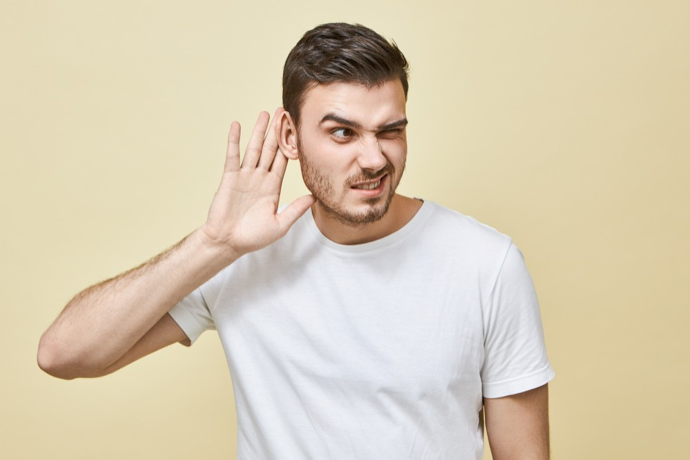 curious-young-man-with-bristle-keeping-hand-his-ear-while-eavesdropping-overhearing-secret-having-concentrated-focus-facial-expression-trying-hear-everything-gossips-rumors-concept Как научиться слушать других? 4 правила